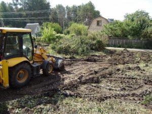Трактор расчищает участок от деревьев